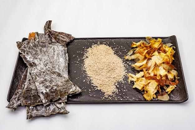 Zestaw tradycyjnego japońskiego składnika do gotowania podstawowego bulionu dashi. algi kombu, katsuobushi i gotowe suche granulki. odosobniony