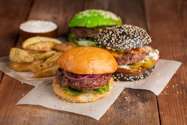 Zestaw trzech mini burger domowy.