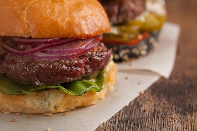 Zestaw trzech mini burgerów domowej roboty.