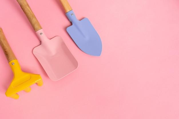Zestaw trzech narzędzi ogrodniczych do pielęgnacji ogrodu w kolorze różowym