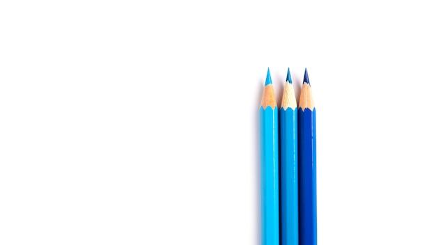 Zestaw trzech niebieskich ołówków izoluje. artykuły papiernicze do szkoły i biura.
