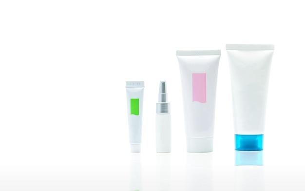Zestaw tub kosmetycznych na białym tle. makieta kremu do pielęgnacji skóry.