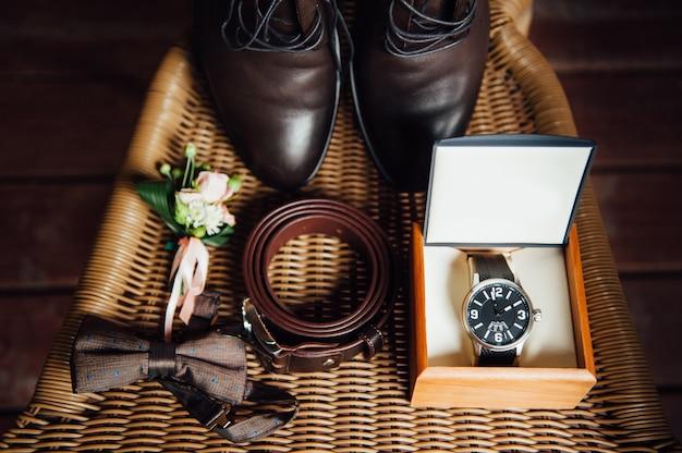 Zestaw ubrań dla pana młodego. buty ślubne, muszka, zegarek
