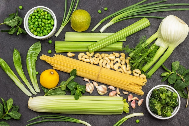 Zestaw warzyw i makaronu łodygi selera, kopru i mięty
