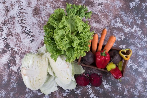Zestaw warzyw na marmurze w środku.