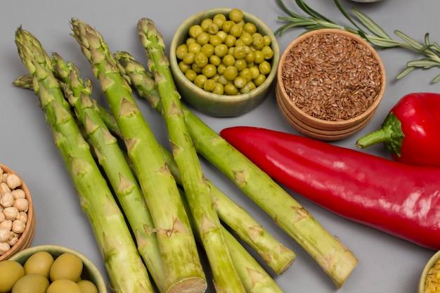 Zestaw warzyw, orzechów fasoli, bulgur z komosy ryżowej, ciecierzycy.
