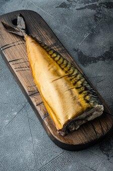Zestaw wędzonej makreli rybnej, na szarym tle