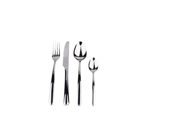 Zestaw widelec, nóż i łyżki na białym tle.