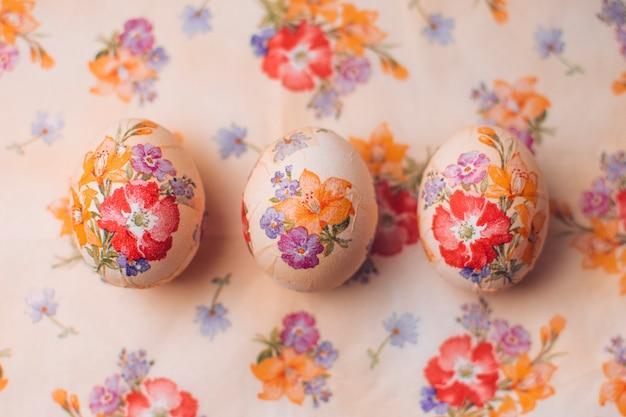 Zestaw wielkanocny z ozdobnymi jajkami