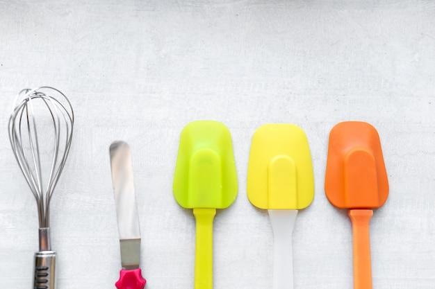 Zestaw wielokolorowych silikonowych szpatułek, narzędzi kuchennych. słodkie wypieki, przepisy kulinarne, gotowanie