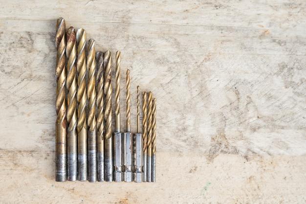 Zestaw wierteł różnej wielkości na drewnianym. widok z góry