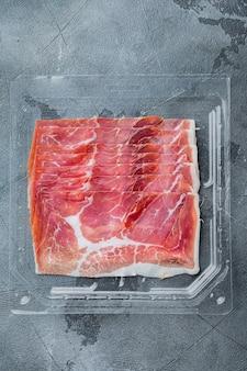 Zestaw włoskich antipasto hamon, na szarym tle, widok z góry