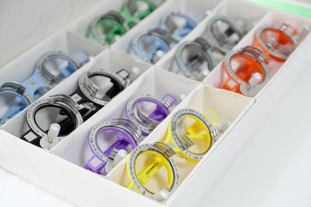 Zestaw wymiennych soczewek oraz specjalne uniwersalne próbne ustawienie okulistyczne do optometrii i okularów. zestaw sprzętu diagnostycznego.