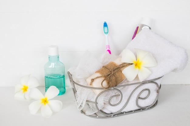 Zestaw wziąć kąpiel w koszu na białym tle