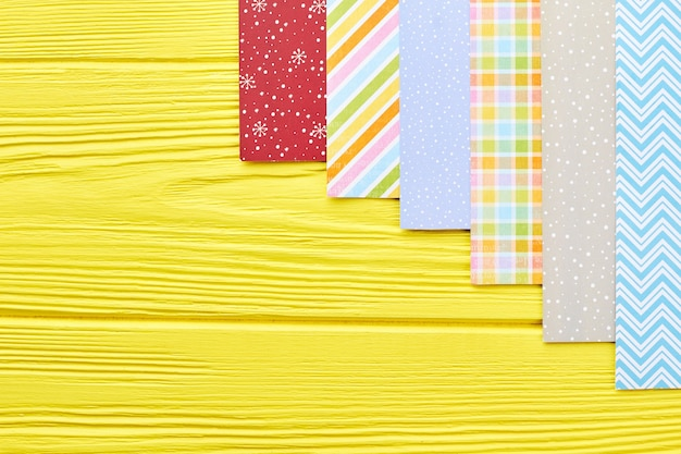 Zestaw wzorzystego papieru do ozdób choinkowych.