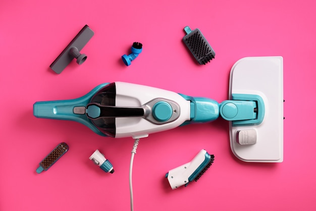 Zestaw z nowoczesnymi profesjonalnymi środkami czyszczącymi na różowym tle. koncepcja usługi czyszczenia