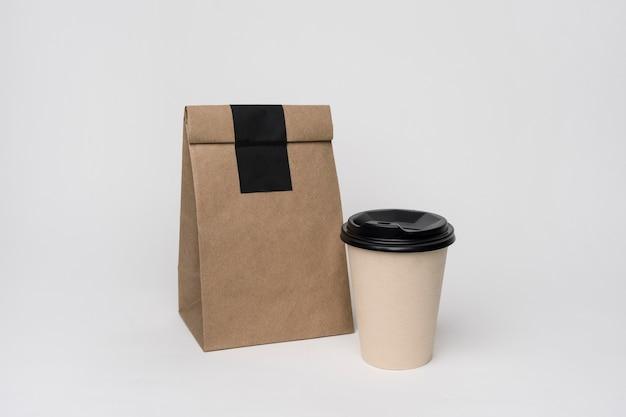 Zestaw z papierową torbą i filiżanką kawy