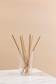 Zestaw z papierowymi słomkami w szkle