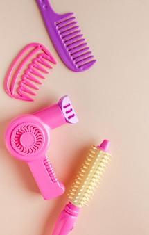 Zestaw zabawek dla dzieci, suszarka do włosów, grzebienie. koncepcja zabawek dla dziewczynek, salon fryzjerski, salon piękności dla dzieci.