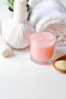 Zestaw zabiegów spa z łyżeczką soli, ziołową kulką kompresyjną, świecami i ręcznikiem