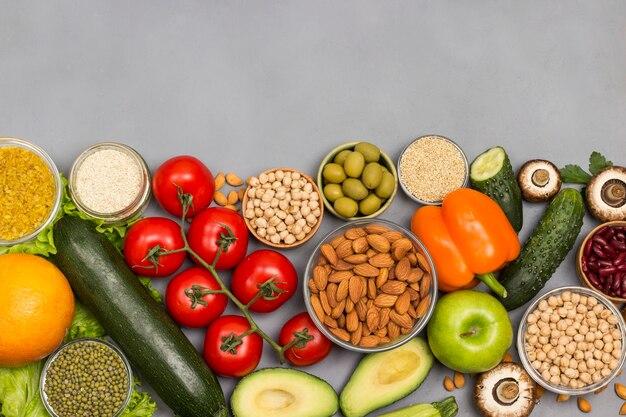 Zestaw zbilansowanych produktów roślinnych dla zdrowej diety.