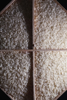 Zestaw zbóż zbożowych. ryż, kasza gryczana i jaglana na drewnianej tacy. zestaw spożywczy zbóż. import zboża.