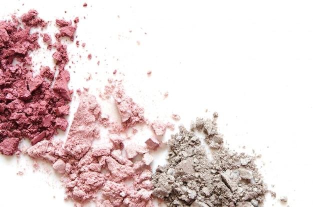 Zestaw zdruzgotany makijaż cienia do powiek na białym tle