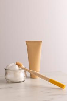 Zestaw ze szczoteczką do zębów i pojemnikiem