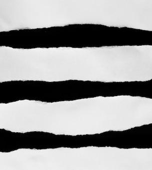 Zestaw zgranego papieru na białym tle na czarnym tle