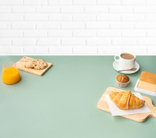 Zestaw żywności śniadaniowej lub piekarni i kawy na tle kuchni tabeli