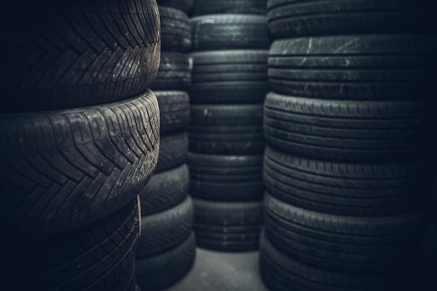 Zestawy opon w warsztacie samochodowym gotowe do sezonowej wymiany samochodów.