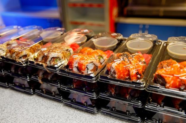 Zestawy sushi w plastikowych pudełkach.