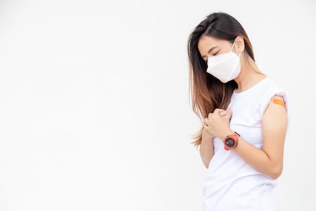 Zestresowana azjatycka kobieta z maską medyczną boi się efektu po otrzymanej szczepionce.