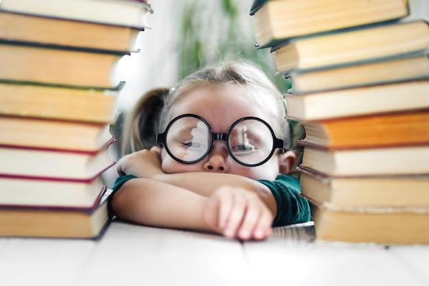 Zestresowana i zmęczona dziewczynka kaukaska zostaje w domu i uczy się od domu leniwa dziewczynka