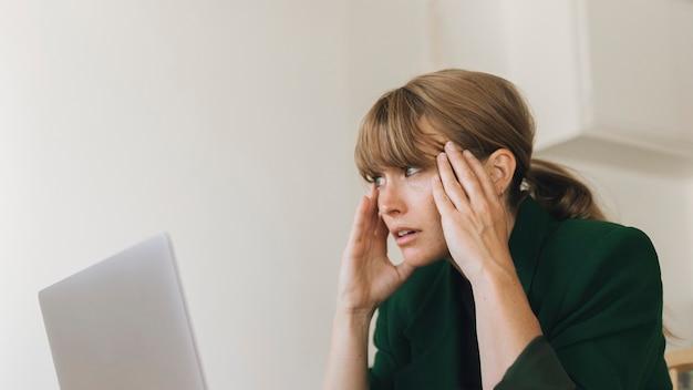 Zestresowana kobieta pracująca w domu podczas kwarantanny koronawirusa