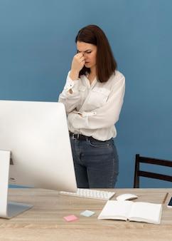Zestresowana kobieta pracuje na komputerze