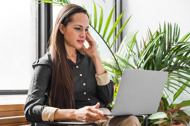 Zestresowana kobieta z ukosa w pracy