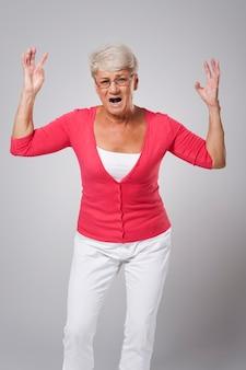 Zestresowana starsza kobieta krzyczy bardzo głośno