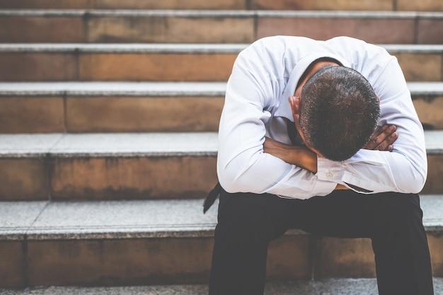 Zestresowani pracownicy stracili pracę z powodu spowolnienia gospodarczego, kryzysu covid-19