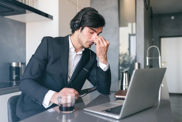 Zestresowany biznesmen ze zmęczeniem wzroku do użytku na wyświetlaczu