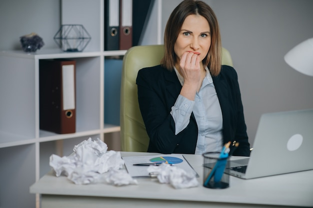 Zestresowany bizneswoman zirytowany za pomocą zablokowanego laptopa, wściekła kobieta szalona z powodu problemów z komputerem sfrustrowanych utratą danych, błędem online, błędem oprogramowania lub awarią systemu