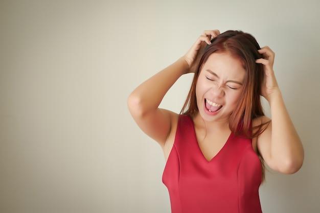 Zestresowany ból głowy zdenerwowany gniewną kobietą krzyczącą, krzyczącą głośno