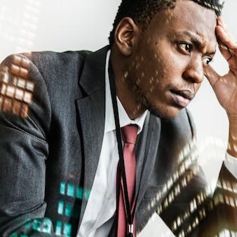 Zestresowany czarny biznesmen z tłem miasta
