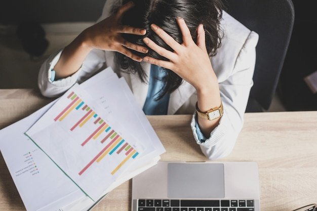 Zestresowany lub zmęczony gest pracownica w brudnym biurku.