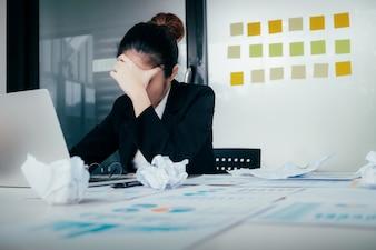 Zestresowany młody bizneswoman