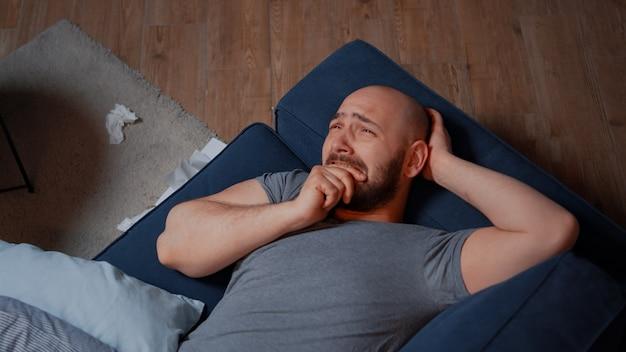Zestresowany mężczyzna z problemami ze zdrowiem psychicznym odczuwa niepokój