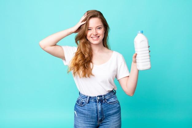 Zestresowany, niespokojny lub przestraszony, z rękami na głowie i trzymając butelkę mleka