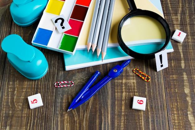 Zeszyty, farby, ołówki, kompasy, szkło powiększające