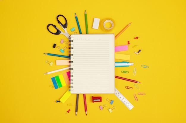 Zeszyty pokryto różnymi kolorowymi urządzeniami używanymi w pracy z dokumentami, aby ozdobić je, aby były piękne i nowoczesne.