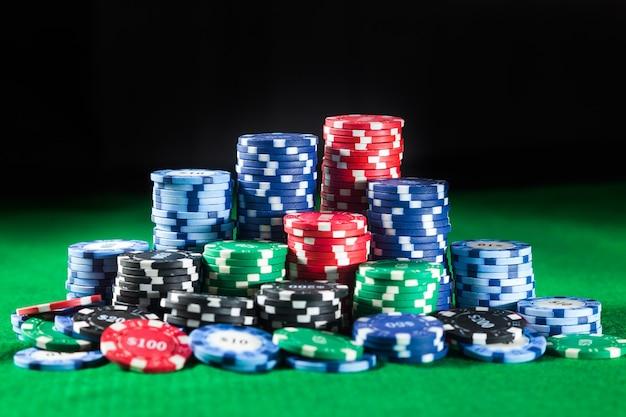 Żetonów w kasynie na zielonej powierzchni stołu. koncepcja hazardu, fortuny, gier i rozrywki - z bliska